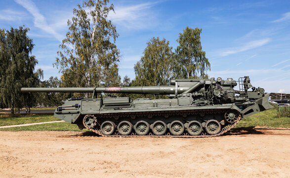 """ODINTSOVO, MOSCOW REGION, RUSSIA - AUGUST 25. 2S7M """"Malka"""" self-propelled artillery cannon (self-propelled artillery system) at the exhibition of the international military-technical forum"""