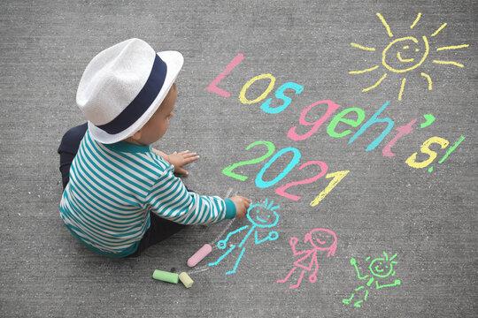Kleiner Junger malt mit Kreide - Los geht's 2021