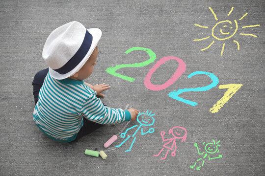 Kleiner Junge malt mit Kreide - 2021