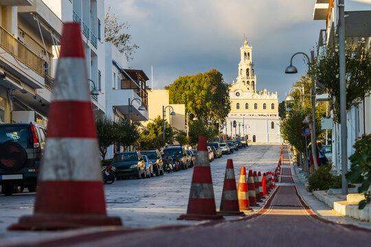 Für Pilger abgesperrter Bereich auf der Straße zur orthodoxen Wallfahrtskirche auf der Kykladeninsel Tinos im Abendlicht