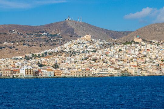 Die Hauptstadt der griechischen Kykladeninsel Syros mit dem großen Fährhafen
