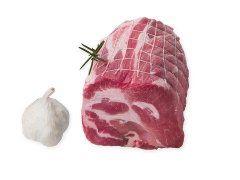 roti de porc cru ficelé sur fond blanc