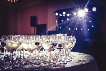 kieliszki z szampanem na stole weselnym