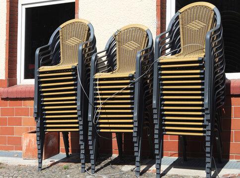 Gestapelte Stühle eines geschlossenen Restaurants im Lockdown