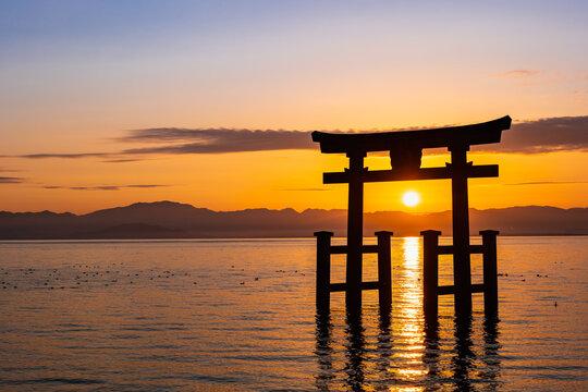 晩秋の琵琶湖 白髭神社 大鳥居から昇る朝日