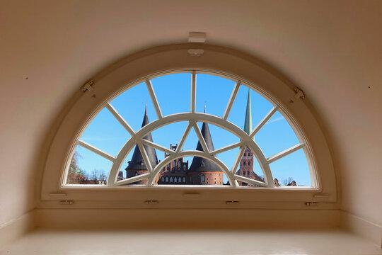 Lübeck Blick durchs Fenster auf das Holstentor