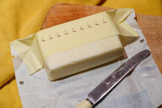 Butterpaket mit Skala zum Abschneiden der Buttermenge