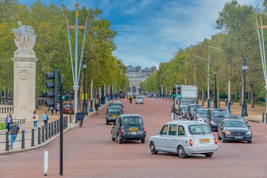 View looking up Pall Mall from Buckingham Palace towards admiralty arch