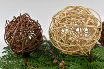 Fototapeta Duże wiklinowe kule  i zielone gałązki choinki. obraz