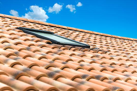 Lucarne sur toit en tuiles romanes dans le sud de la France