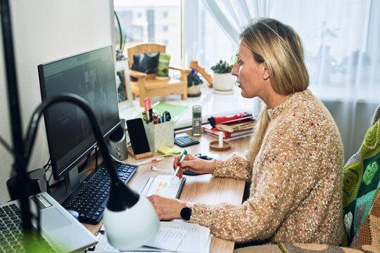 Online training teacher for students.