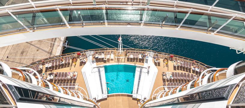 Vue de la piscine arrière du navire de croisière MSC Seaview et de la grande baie vitrée, port de Marseille, France, le 30 juin 2018.