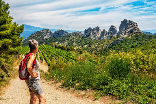 Wandern mit Blick auf den Mont Ventoux in den Dentelles de montmirail in der Provence