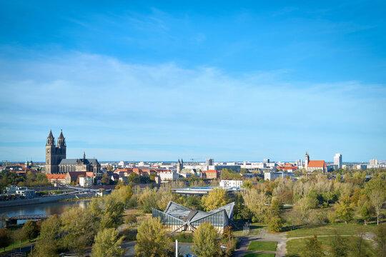 Panorama der Stadt Magdeburg mit dem Rothehornpark und dem Dom auf der anderen Seite der Elbe