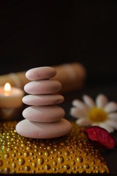 meditazione zen terapia con pietre luci di candela atmosfera e fiori su sfondo nero