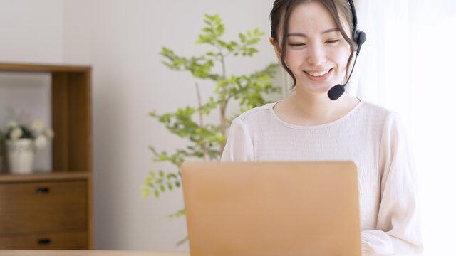 オンライン会議をする若い女性
