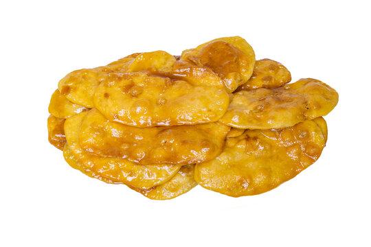 """Dulce casero tradicional con miel aislado sobre fondo blanco """"Tortas de la abuela o de navidad"""" típico de la cocina andaluza para postre, meriendas o desayunos."""