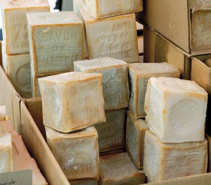 Savons de Marseille empilés et vendus sur le marché de cadolive, France