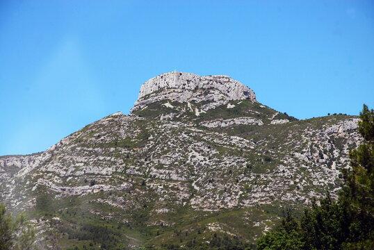 Massif du Garlaban (731 mètres) surplomb la ville d'Aubagne, département des Bouches-du-Rhône, France