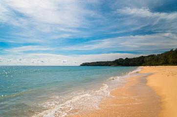 Tropikalny krajobraz, plaża oraz ocean i niebieskie niebo, egzotyczne tło.