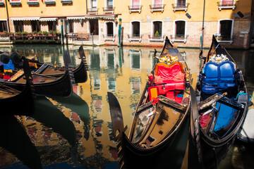 Gondole veneziane attraccate sui canali di Venezia