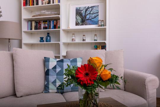 Blumen auf einem Tisch im Wohnzimmer