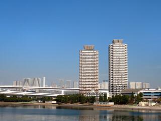 Fototapete - 東京都 お台場海浜公園とタワーマンション
