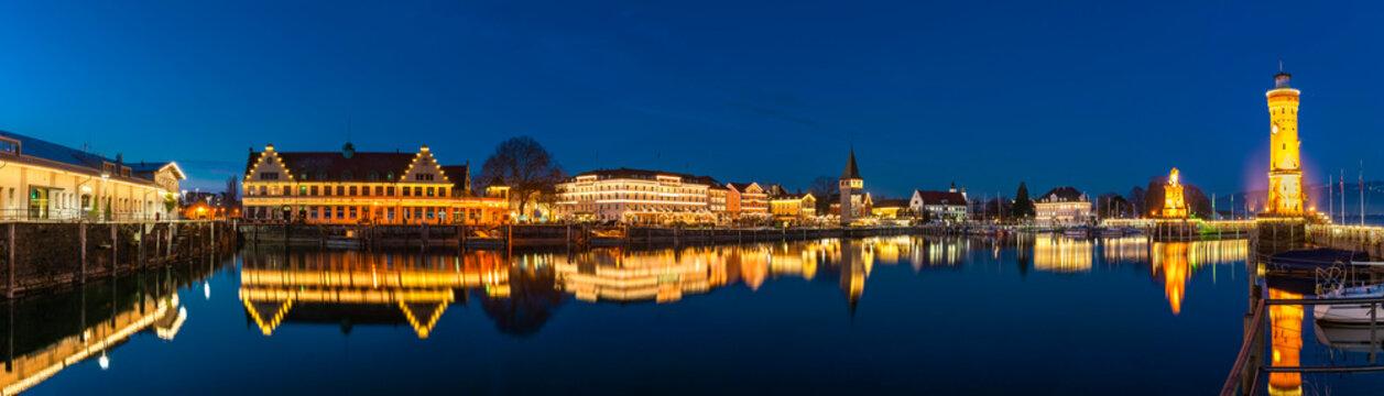 Beleuchtete Nachtaufnahme des Seehafens Lindau am Bodensee