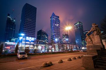 nocna panorama miasta z wysokimi budynkami