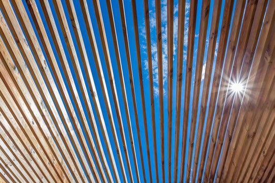 Pergola bioclimatique en bois, protection solaire