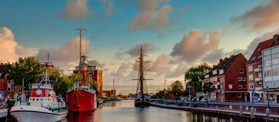 Emden am Delft mit Abendstimmung mit Wolken