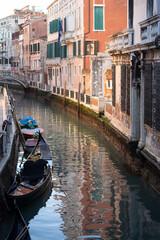 la gondola ormeggiata nello stretto canale