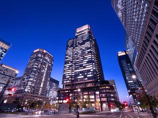 Fototapete - 東京都 丸の内・ビジネス街の夕暮れ