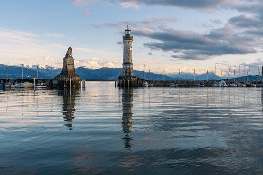 Die Hafeneinfahrt in Lindau ist eine der schönsten am ganzen Bodensee, westlich geschmückt vom Neuen Lindauer Leuchtturm und östlich vom Bayerischen Löwen, Lindau am Bodensee, Bayern, Deutschland
