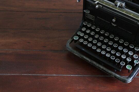 Antike Schreibmaschine auf dunklem Holz retro, Vintage