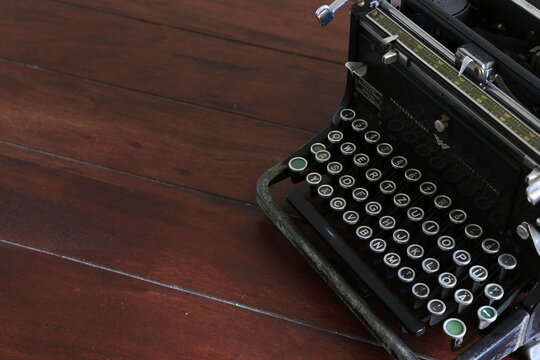 retro, vintage, Antik Schreibmaschine auf dunklem Holz