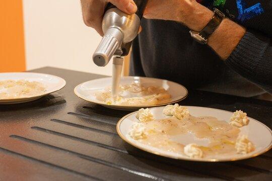 Préparation en cuisine du Carpaccio de saint Jacques