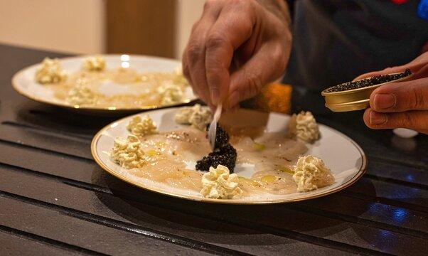 Préparation en cuisine du Carpaccio de saint Jacques et caviar