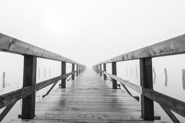 Steg im See im dichten Nebel