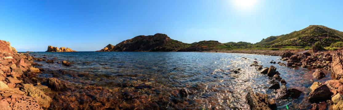 Cala Barril en Menorca se encuentra a su paso por el Camí de Cavalls