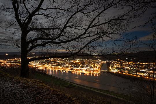 Niederwald gegenüber von Bingen bei Nacht