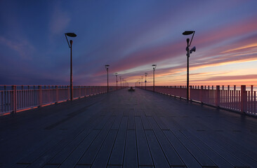 Molo spacerowe w Kołobrzegu, wschód słońca ,wybrzeże Bałtyku.