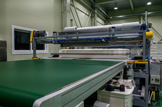 Packing machine with a roll of film mattress model automatic and modern