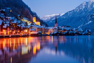 Nachtaufnahme von Hallstatt im Winter, Salzkammergut, Österreich