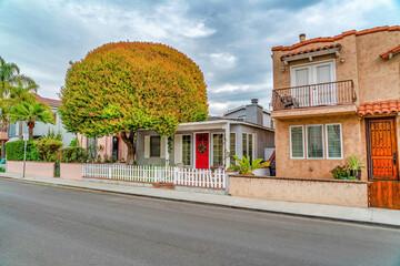 Charming facade of houses along neighborhood road in Long Beach California Fotobehang