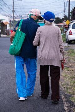 Foto tomada durante la pandemia, una pareja de adultos mayores disfrutando de una caminata por la tarde.