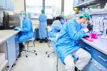 Mediziner im Labor analysieren Covid-19 Tests