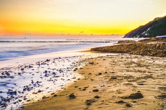 Polskie morze i plaża o wschodzie słońca