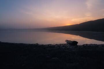 Fototapeta Wschód słońca we mgle nad wodą obraz