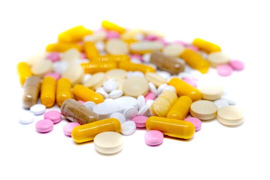 verschiedene Tabletten vor weißem Hintergrund